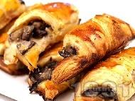 Рецепта Солени кифлички от готово бутер тесто с патладжани и сирене моцарела